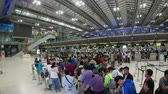 em linha : Bangkok, Thailand - May 9, 2018 : Time lapse of passengers wait at the check in queue in departure terminal Stock Footage