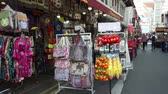китайский квартал : Singapore, Singapore - May 9, 2018 : People visit a popular shopping street in chinatown in Singapore Стоковые видеозаписи