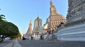 tanrılar : Bangkok, Thailand - November 12, 2018 : Time lapse of unidentified tourist walking around at Wat arun