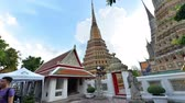 tanrılar : Bangkok, Thailand - November 12, 2018 : Time lapse of unidentified tourist traveling at Wat Pho temple