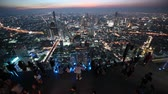 grãos : Bangkok, Thailand - November 21, 2018 : Timelapse of people with night 360 degree panoramic views on 78th floor at King Power Mahanakhon building rooftop