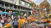 respeito : Bangkok, Thailand - November 23, 2018 : A lot of tourist at Erawan Shrine a famous place for worship Hindu god