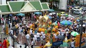 cultura thai : Bangkok, Thailand - November 2, 2018 : Time lapse of people at Erawan Shrine a famous place for worship Hindu god