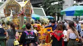 cultura thai : Bangkok, Thailand - November 2, 2018 : Foreigners and local people visit at worship Erawan Shrine