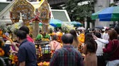 uctívání : Bangkok, Thailand - November 2, 2018 : People and tourist visit at worship Erawan Shrine