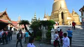 cultura thai : Bangkok, Thailand - December 25, 2018 : The Grand Royal Palace in Bangkok is the most popular and visited attraction Vídeos