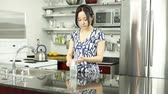třicátá léta : Asian girl in her 30s in her modern kitchen