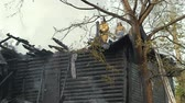 blussen : Firefighters extinguish the fire. Burning old abandoned house. Slow Motion Video Stockvideo