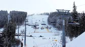 fitness : lange ski liften bewegen boven hellingen hemel in besneeuwde winter forest Stockvideo