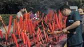горелка : Suzhou, China - October 10, 2018: Burning candles in buddhist temple. People set candles and incense sticks.