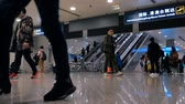 hall de gare : Shanghai, China - February 22, 2019: Passengers walk with luggage in departure hall of Pudong International Airport. Modern international airport. 4K video, travel concept. Vidéos Libres De Droits