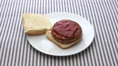 babeczka : Video of cooked veggie burger being placed on a hamburger bun and adding ketchup. Wideo