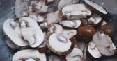 Video of rinsing sliced baby bella mushrooms in a stainless steel colander with water. Stok Video