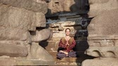 ruína : Woman doing meditation in lotus pose in Shore temple, Mamallapuram, Tamil Nadu, India