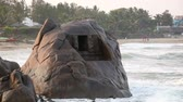 das marés : Ancient cave at big rock in the ocean near Mamallapuram complex, Tamil Nadu, India Stock Footage