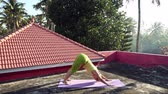 mente : Yoga en el pueblo tropical Archivo de Video