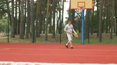 bodování : Concentrated sporty man hitting serve to score a point while playing tennis match on outdoor court. Handsome male tennis player serving a ball during tennis game on hardcourt outdoors. Slo mo. Dostupné videozáznamy