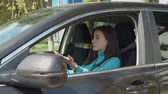 раздражение : Impatient female driver pushing car horn and gesturing while driving car in traffic jam. Irritated woman being late to work, driving modern vehicle in traffic jam, expressing anger and dissatisfaction