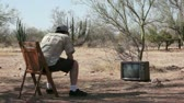 entusiasta : Man Watching a Retro TV in the Bush and Jumping for Joy