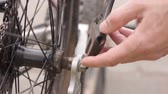 anoniem : Aanscherping Wheel Nut on Bike Stockvideo