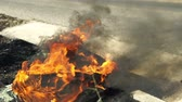 beira da estrada : Burning tire on the side of a road with the camera panning into the black toxic smoke. Stock Footage