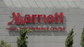 FRANKFURT, GERMANIA - 4 AGOSTO 2017: segno Marriot Hotel e Conference Center che fa parte della multinazionale americana e marca Marriot International. Filmati Stock