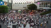 attraversamento pedonale : Tokyo, Japan - August 2018: City pedestrian traffic of people crossing the famous Shibuya intersection