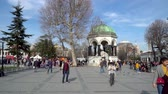 turco : istanbul, Turkey - March 2019: German Fountain with tourist crowd at the Sultanahmet Square in Eminonu, istanbul, Turkey