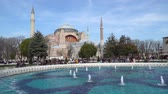 オットマン : istanbul, Turkey - March 2019: Hagia Sophia Ayasofya in Sultanahmet Square park with tourist crowd, istanbul, Turkey