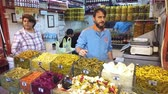 bem : Istanbul, Turkey - October 2019: People working in the street shop selling many kinds of pickles in Eminonu Vídeos