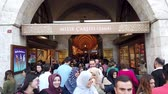 bem : Istanbul, Turkey - October 2019: Entrance to Spice bazaar in Istanbul with crowd of people walking in and out of market Vídeos