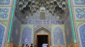 лошадиный : Isfahan, Iran - May 2019: Entrance to Sheikh Lotfollah Mosque with tiles on walls in Isfahan Naqsh-e Jahan Square