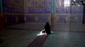 femme musulmane : Isfahan, Iran - May 2019: Unidentified Iranian woman wearing chador praying inside Sheikh Lotfollah Mosque with tiles on walls, Isfahan, Iran Vidéos Libres De Droits