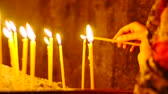 inspirar : Lighting a Candle in a Monastry. A great piece of stock in 4k definition, perfect for film, tv, documentaries, reality TV, trailers, infomercials and more! Vídeos