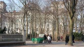anıt : BERLIN, GERMANY - MARCH 4, 2018: Tourists In Tiergarten Park With Reichstag Building In Background In Berlin, Germany Stok Video