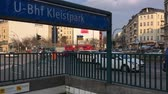 уличный фонарь : BERLIN, GERMANY - MARCH 25, 2018: Traffic At Metro Station Kleistpark Crossroad In The Inner City of Berlin, Time Lapse Pan Shot