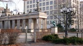 pilíře : BERLIN, GERMANY - MARCH 25, 2018: Pan Shot of Statue And Colonnade Columns At Kleistpark Park In Berlin, Germany Dostupné videozáznamy