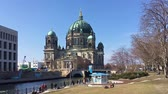 farra : BERLIN, GERMANY - MARCH 30, 2018: Tourists At River Spree Riverside In Front of Berlin Cathedral In Berlin, Germany Vídeos