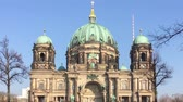 sightseeing : BERLIN, GERMANY - FEBRUARY 8, 2018: Zoom: Tourists At Berliner Dom, Berlin Cathedral, On Museum Island In Berlin, Germany Stock Footage