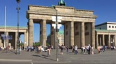 шины : BERLIN, GERMANY - APRIL 21, 2018: Traffic Lights Walk At Brandenburger Tor, Brandenburg Gate, In Berlin, Germany