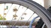 concettuale : Close-up of A Spoke Wheel of A Bicycle With Blurred Traffic In The Background, Selected Focus