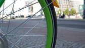 자전거 : Close-up of A Green Spoke Wheel of A Bicycle With Blurred Traffic In The Background, Selected Focus 무비클립