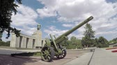 soviético : BERLIN, GERMANY - JULY 26, 2018: Red Army ML-20 Gun-howitzer Artillery Piece At The Soviet War Memorial in Berlin-Tiergarten In Summer Stock Footage