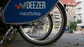 dividir : BERLIN, GERMANY - JULY 28, 2018: Public Bike Sharing Service Provider: Close-up of A Deezer Nextbike Rental Bicycle With Blurred Traffic In The Background In Berlin, Germany Vídeos