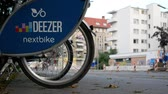 provedor : BERLIN, GERMANY - JULY 28, 2018: Public Bike Sharing Service Provider: Close-up of A Deezer Nextbike Rental Bicycle With Blurred Traffic In The Background In Berlin, Germany Stock Footage