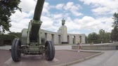 anıt : BERLIN, GERMANY - JULY 26, 2018: Red Army ML-20 Gun-howitzer Artillery Piece At The Soviet War Memorial in Berlin-Tiergarten In Summer Stok Video