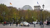 уличный фонарь : BERLIN, GERMANY - OCTOBER 26, 2018: Tourists And Traffic Near German Reichstag Building In Berlin, Germany