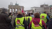 抗議 : BERLIN, GERMANY - FEBRUARY 13, 2019: Demonstration of German Trade Unions Verdi, GEW, GdP At Brandenburger Tor In Berlin, Germany