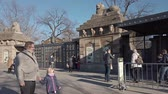 посетителей : BERLIN, GERMANY - FEBRUARY 17, 2019: The Lion Gate, Entrance To Berlin Zoological Garden, Zoologischer Garten In German Language, In Berlin, Germany In Winter Стоковые видеозаписи