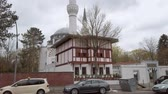 ciel nuageux : BERLIN, GERMANY - APRIL 12, 2019: Beautiful Sehitlik Mosque In Berlin, Germany In Spring Vidéos Libres De Droits